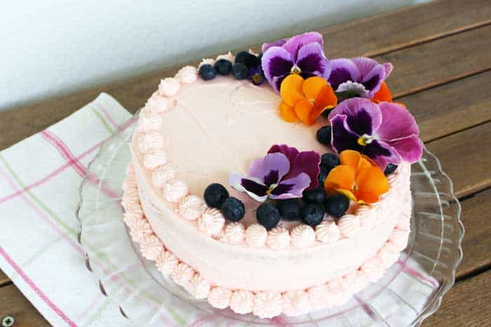 Decorate a cake with Edible Flowers