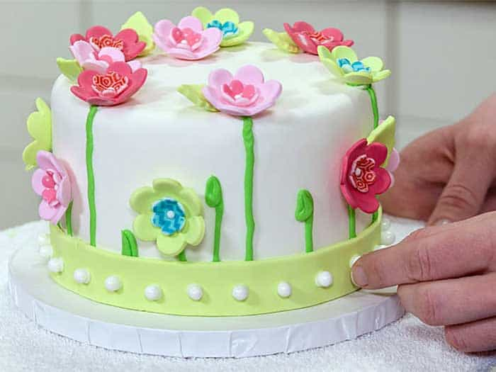 Decorate a cake with Fondants