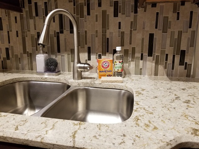 Use vinegar to remove rust on stainless steel sink