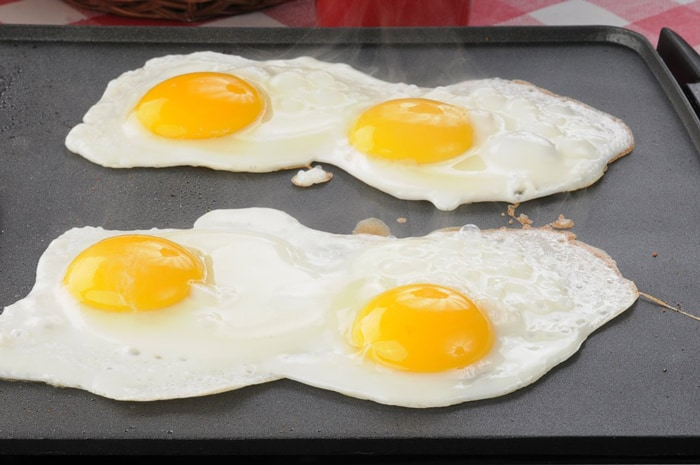 How do you cook eggs on a griddle